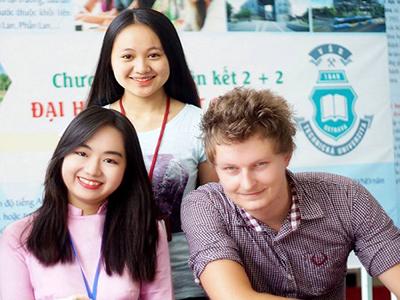 Chương trình giáo dục đại học dạy bằng tiếng Việt và tiếng Anh