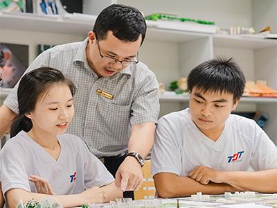 Chương trình giáo dục đại học dạy bằng tiếng Việt